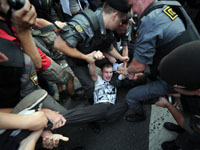 Радикалы берут в заложники детей. Правозащитники не против?