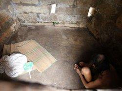 Китайская семья 30 лет держала сына в каменной тюрьме
